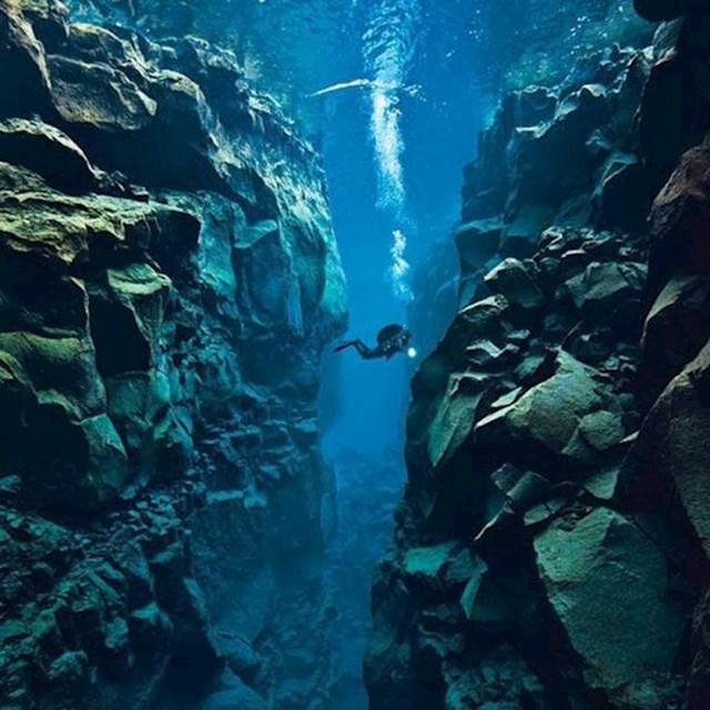 8. Island je jedino mjesto na svijetu na kojem možete plivati između tektonskih ploča