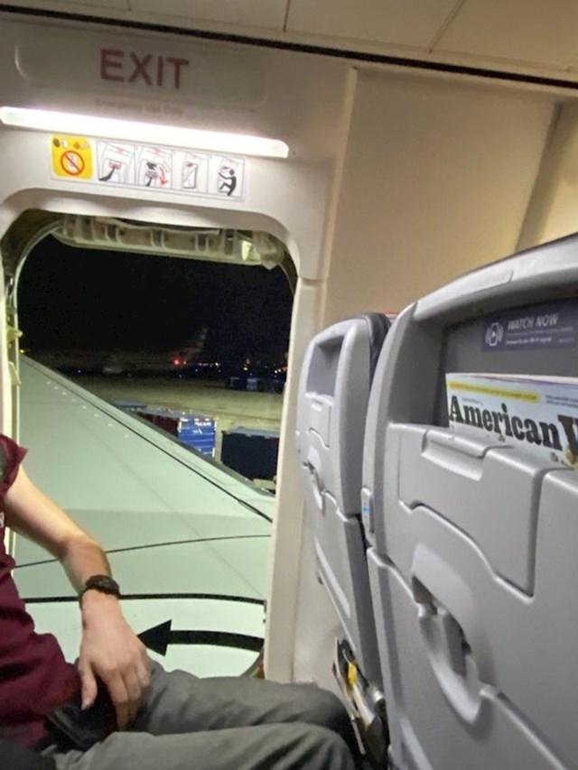 15. Polijetanje zrakoplova kasnilo je dva sata. Jednom tipu je dozlogrdilo čekati, pa je izašao kroz ovaj izlaz...