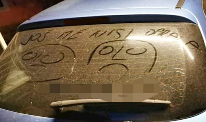 Netko je na prljavom autu ostavio poruku s kojom će se poistovjetiti svaki Dalmatinac
