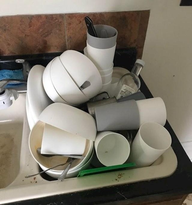6. Moj cimer smatra da je najpraktičnije oprati nešto od suđa kad mu zatreba