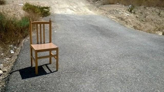 1. Ako vidite stolicu nasred ceste u Španjolskoj, to znači da je u blizini neki ulični prodavač.