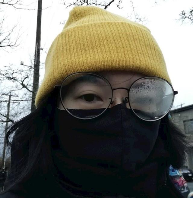 7. Jedno staklo na naočalama uvijek joj se zamagli, a drugo ne.