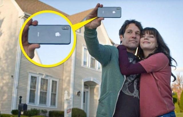 6. Ova scena iz serije Živjeti sa sobom trebala bi se odvijati 2014. godine, ali Miles u rukama drži iPhone X, koji je pušten u prodaju tek 2017.