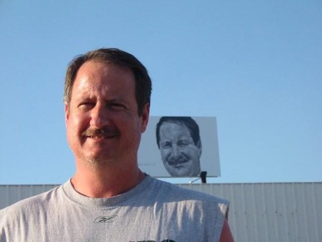 Dok je prolazio kroz rodni grad, na jumbo plakatu ugledao je sebe. Pokušao je i kontaktirati svog dvojnika s plakata, ali još uvijek se nisu upoznali.