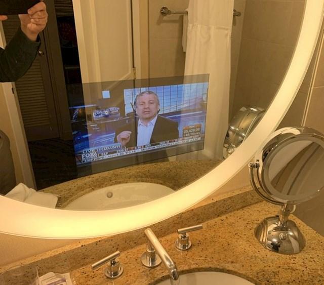 Televizor ugrađen u ogledalo u kupaonici.