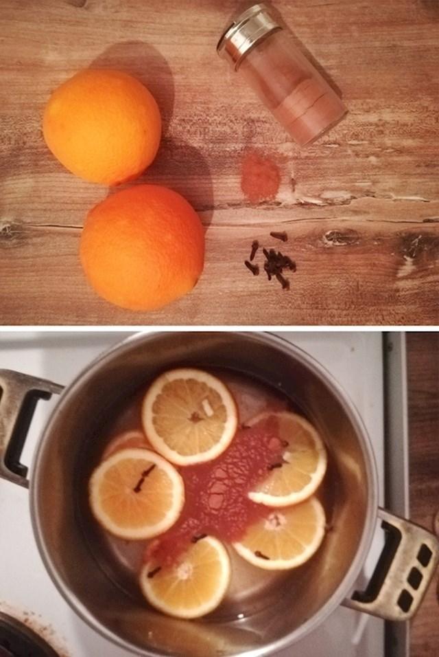 2. Skuhajte kriške naranče s začinima kako biste se riješili bilo kakvog mirisa.