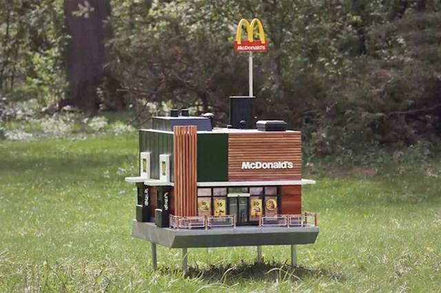 Ovaj minijaturni McDonalds zapravo je košnica za pčele.