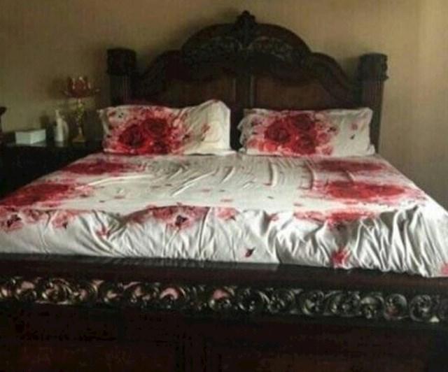 """""""Izgleda kao scena iz horor filma? Ne, ovo je samo otisak ruža na mojoj novoj posteljini.""""."""