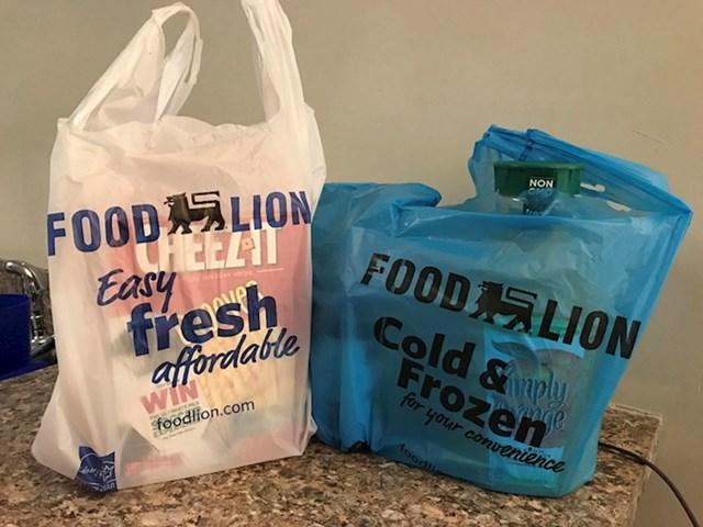 Ove vrećice iz trgovine imaju različite boje zbog lakše organizacije.