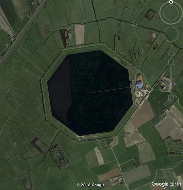 """""""Ovo je neka vrsta akumulacijskog spremnika u Belgiji. Nikad prije nisam vidio osmerokutno jezero. Pitam se zašto su ga tako napravili."""""""