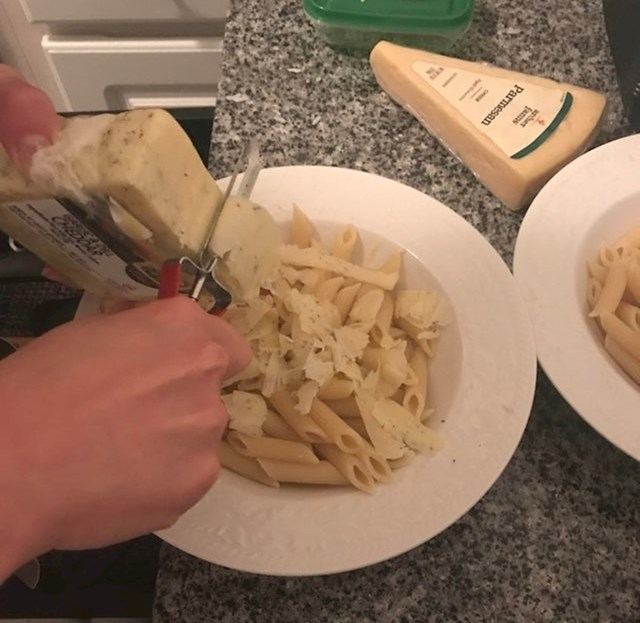 #5 Gulilica za povrće može se koristiti za rezanje sira.