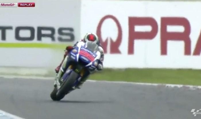 Snimatelj ove moto utrke sve je iznenadio genijalnim prijalazom kamere