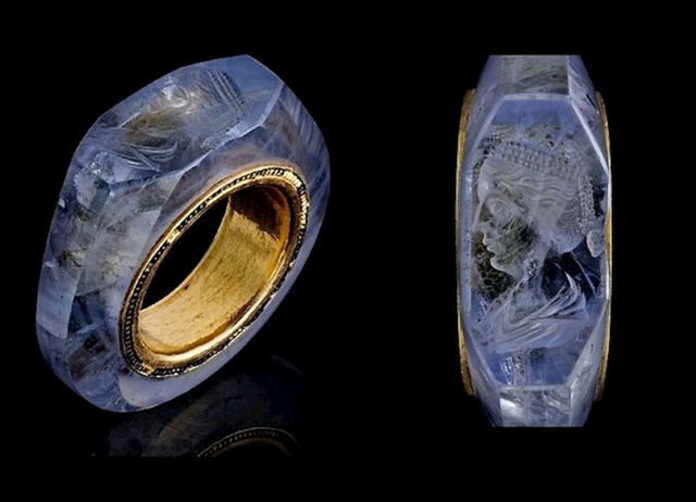 Prsten od safira star 2000 godina, vjerojatno je pripadao rimskom caru Kaliguli. Vjerojatno prikazuje njegovu četvrtu ženu Cezoniju.