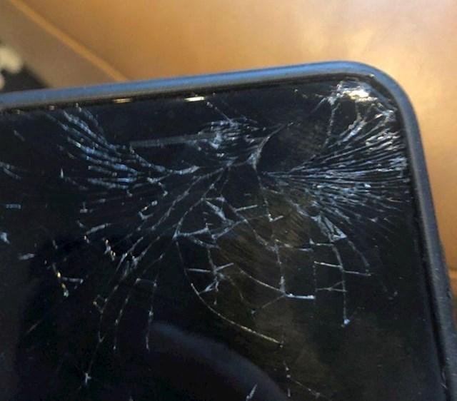 """""""Ispustio sam mobitel i pukotina je izgledala poput kolibra."""""""