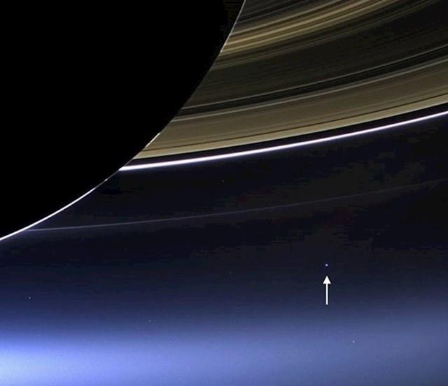 A tu je i pogled iza Saturnovih prstenova, izgledamo kao planeta za mrave.