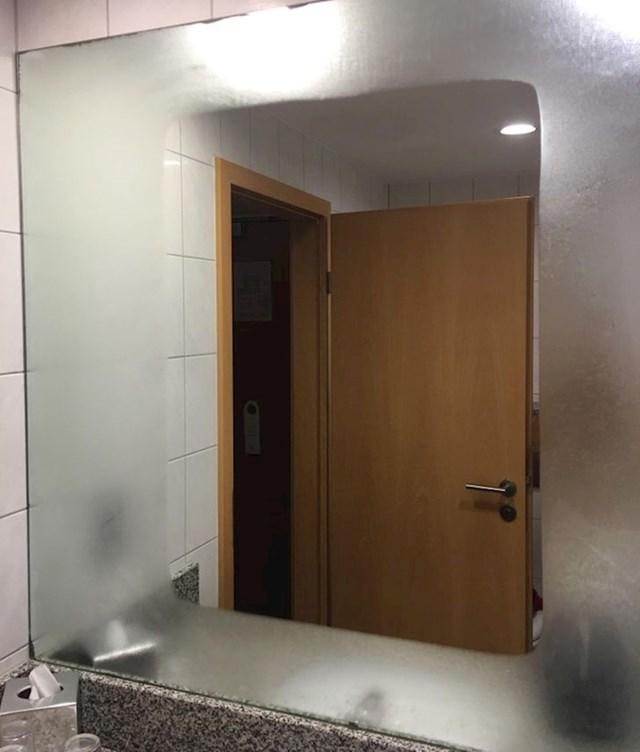Ovo ogledalo napravljeno je da se ne zamagljuje u sredini.
