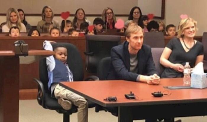 Ovaj dječak doveo je prijatelje iz vrtića na sud kako bi vidjeli njegove nove roditelje