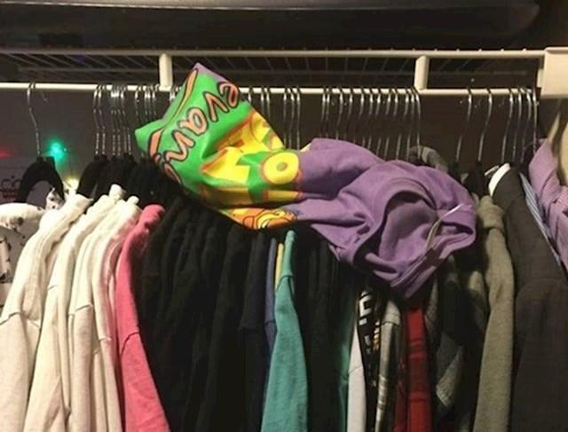 """""""Način na koji je moj suprug objesi novu košulju nakon što sam mu rekla da je ne ostavlja u dnevnoj sobi."""""""