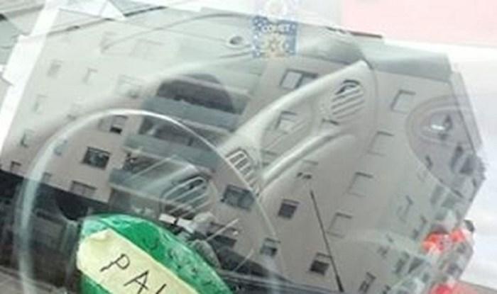 Ovaj tip ima genijalnu ideju kako izbjeći kaznu, pogledajte što je zalijepio na volan