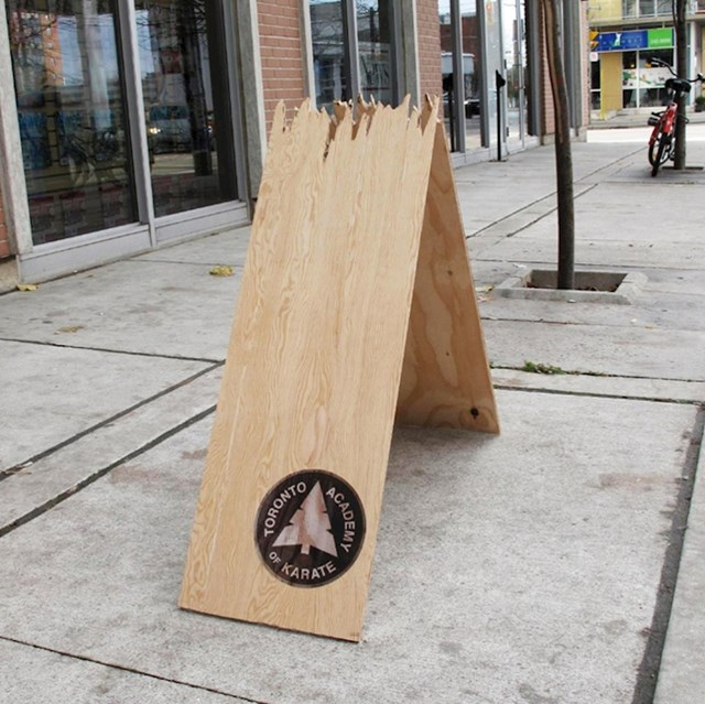 Znak na pločniku za karate akademiju u Torontu.