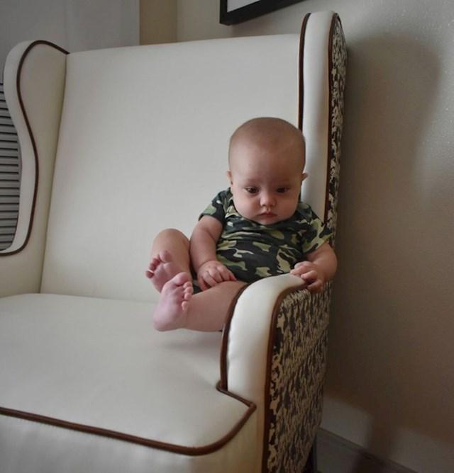 """""""Moj sin, lebdi na stolici."""""""