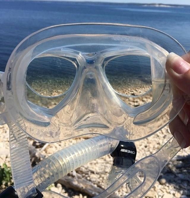 Ova osoba zbog slabog vida nosi naočale. Htjela je dobro vidjeti dok roni pa je sebi ugradila dioptrijska stakla u masku za ronjenje.
