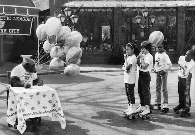 Djeca su na ovom rođendanu dobila priliku upoznati se s čimpanzom.