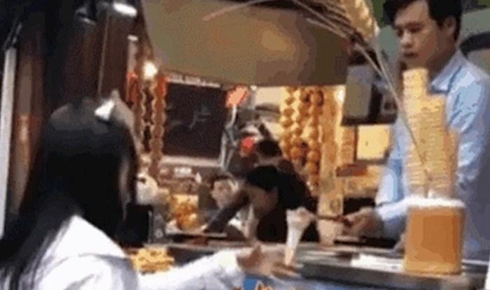 Prodavač sladoleda napravio je poznati trik ali djevojka mu je pripremila iznenađenje