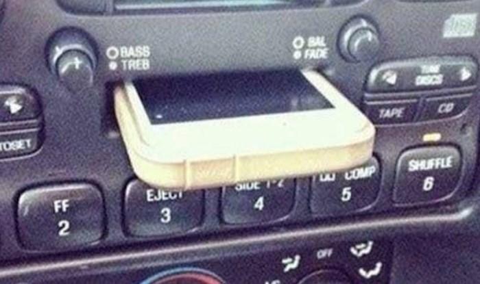 """""""Moj se brat naljutio jer """"stalak za mobitel"""" u njegovom novom automobilu ne radi i grebe ekran"""""""