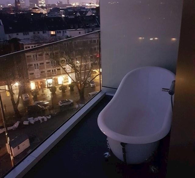 Na balkonu hotela postavljena je funkcionalna kada.