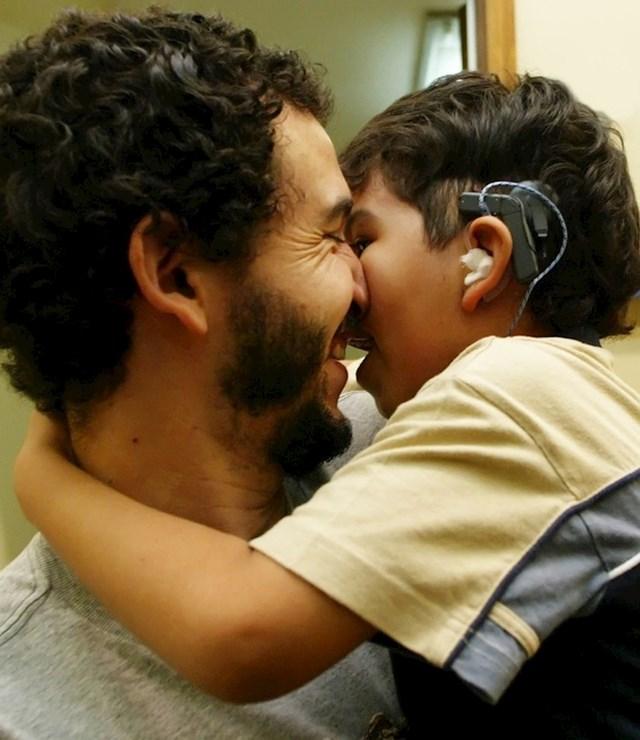 Otac drži svog sina koji je svog oca čuo prvi put u životu.