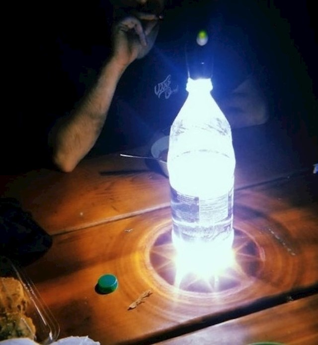 #7 Svijetlo s mobitela i boca s vodom mogu napraviti sjajno svijetlo za kampiranje!