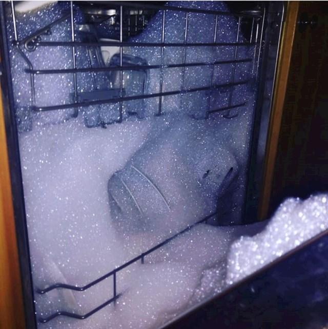 On je u mašinu za posuđe stavio običan sapun.