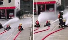 Vatrogasac se trudio naučiti djecu kako se služi vatroganom cijevi, pogledajte kako je to završilo