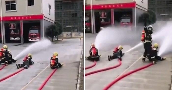 Vatrogasac se trudio naučiti djecu kako se služi vatrogasnom cijevi, pogledajte kako je to završilo