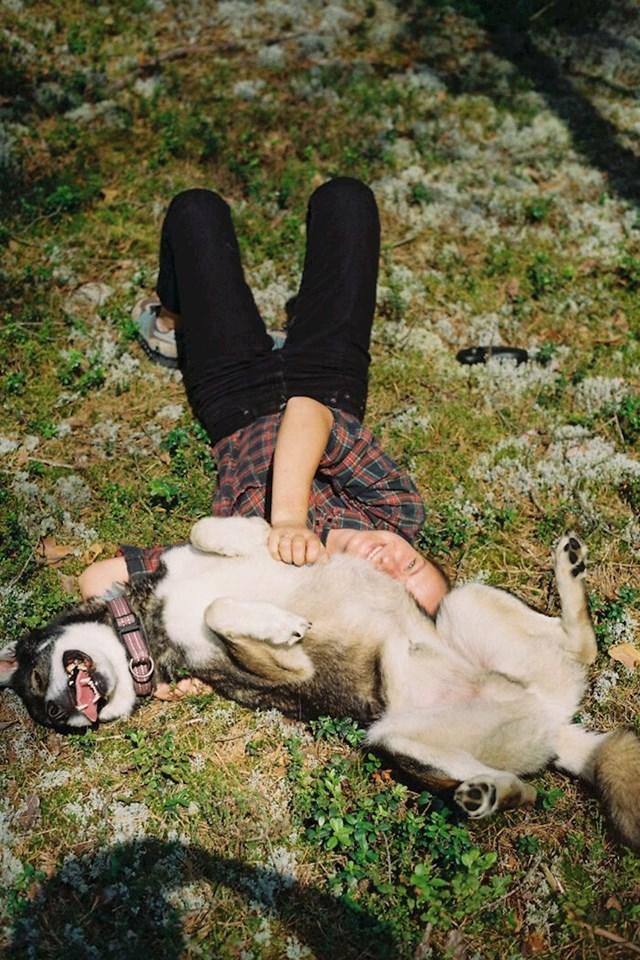 Također se kaže da spavanje sa vašim psom jača i pomaže mentalnom zdravlju.