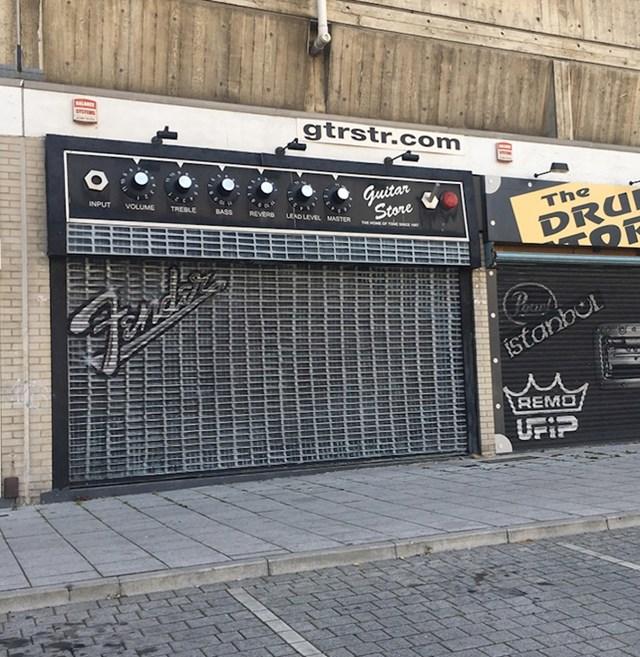 Izgled jedne prodavaonice glazbenih instrumenata.