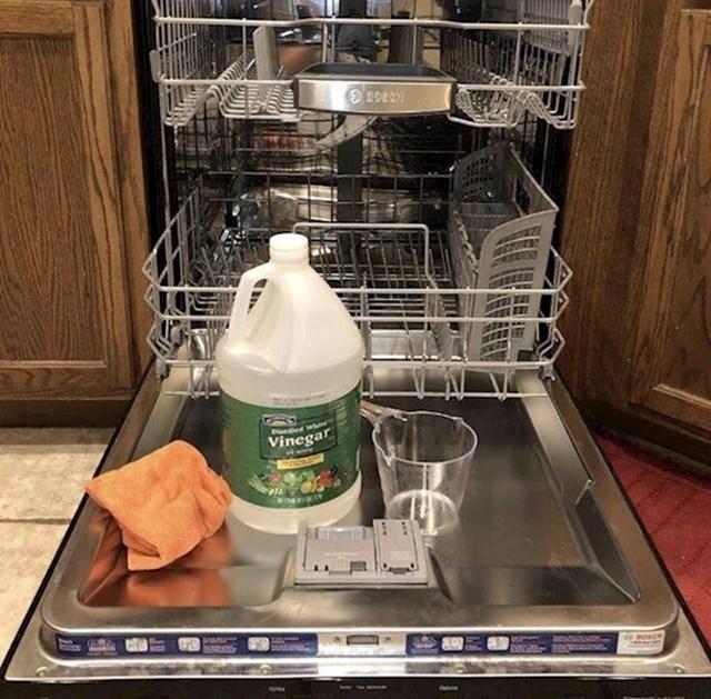 8. Probajte ocatom očistiti perilicu posuđa.