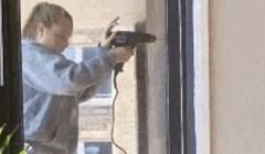 Susjedi nisu mogli vjerovati što ova žena radi kako bi napravila rupu u zidu