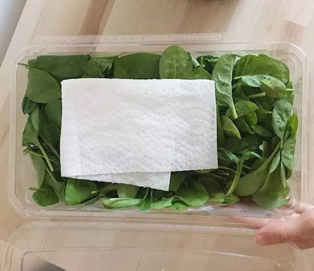 Ako u posudicu sa salatom ostavite listić papirnate kuhinjske krpe, ona bi trebala upiti vlagu i salata bi dulje trebala ostati svježa.