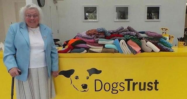 """9. """"Ova 89-godišnjakinja isplela je preko 450 deka za pse u skloništu."""""""