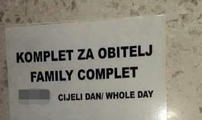 Ovaj čudni natpis na ulazu u WC nudi još čudniji komplet za obitelj