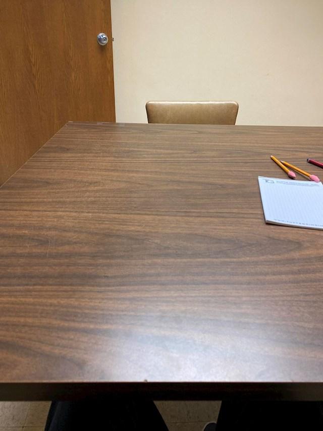 14. Ovu osobu pustili su da čeka u sobi za razgovore više od sat vremena.