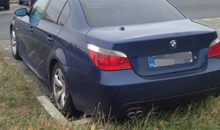 Pitamo se kriju li nešto registarske oznake na ovom automobilu