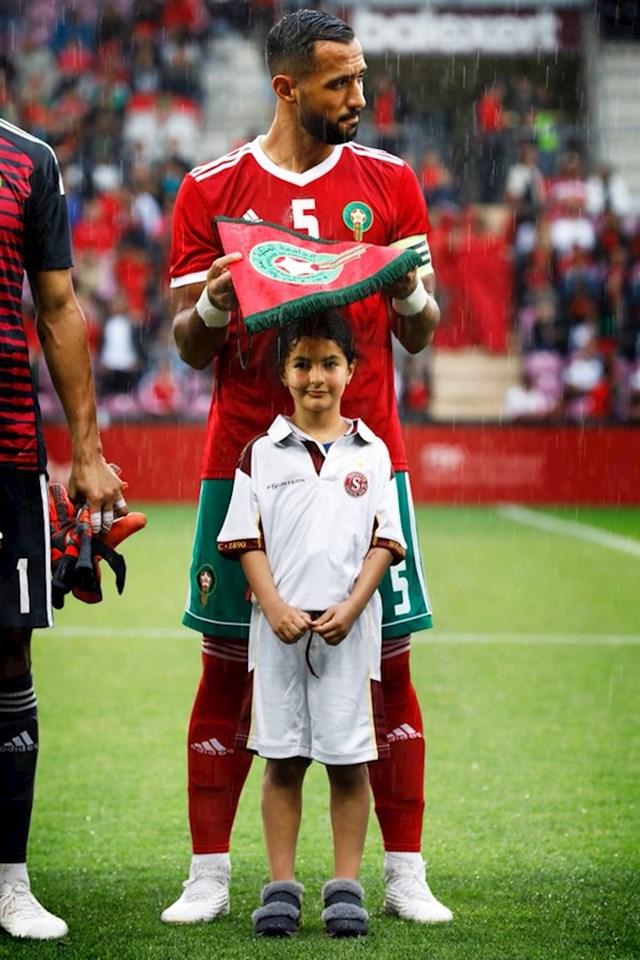 1. Marokanski nogometaš koji je djevojčicu zaštitio od kiše.