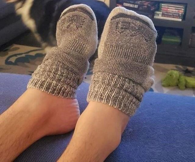 """""""Ovako moj dečko nosi čarape po kući."""""""