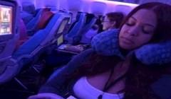 Pogledajte kako je ova djevojka doskočila čestom problemu u avionu