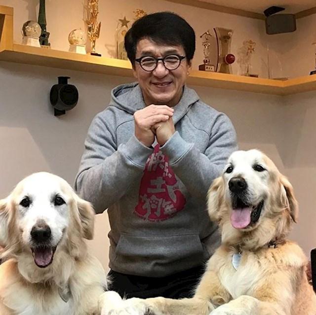 15. Čak se i Jackie Chan ne može nositi s tim koliko su simpatični njegovi psi Jones i JJ.