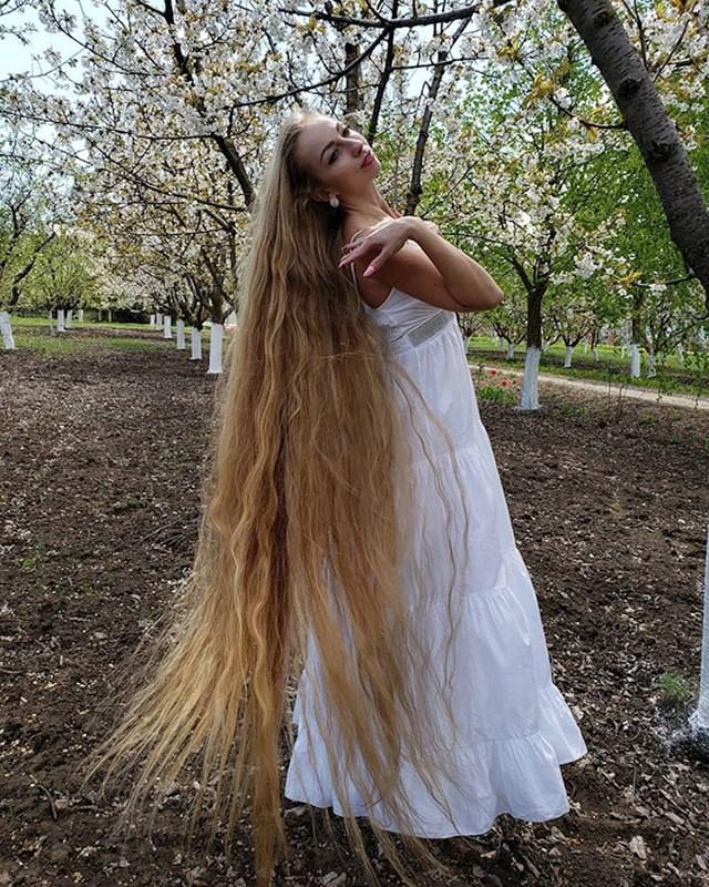 Alena pušta kosu od svoje 5 godine, nakon što ju je ohrabrila majka.