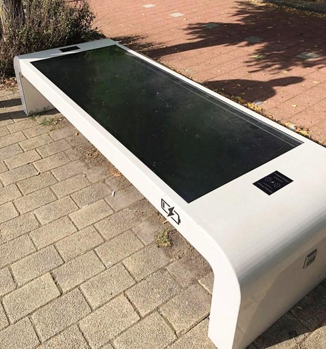 Ova klupa na autobusnom stajalištu ima solarnu ploču i dvije bežične stanice za punjenje.